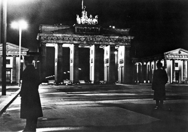 Pankpress Fotografie Grenzposten, Nachts am Brandenburger Tor