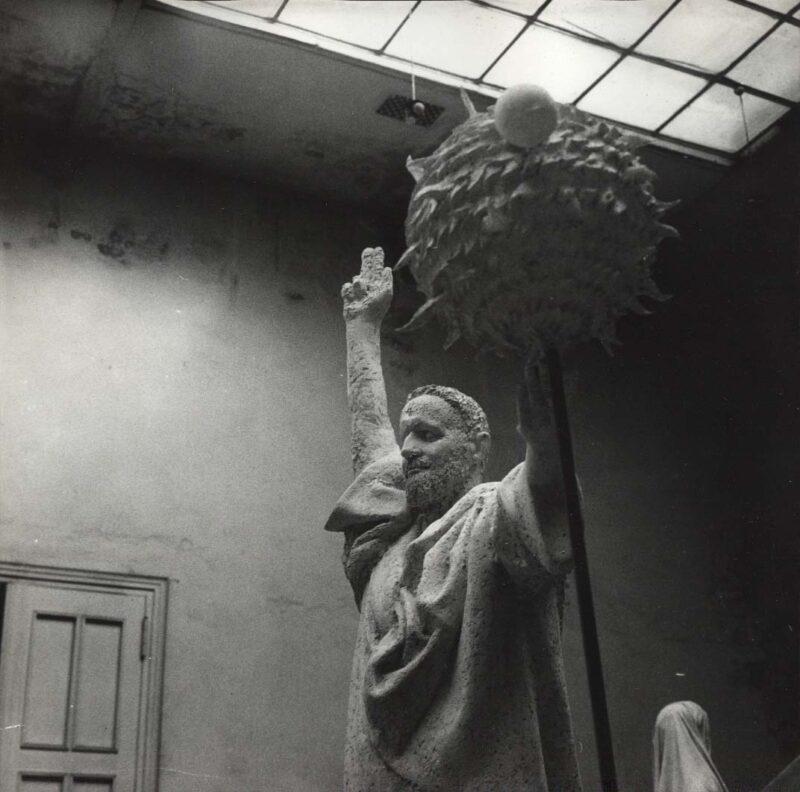 """Abbildung von """"Detail des Galilei-Denkmals in Fritz Cremers Atelier"""""""