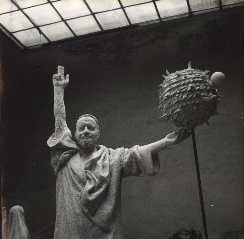 """Abbildung 1: """"Detail des Galilei-Denkmals in Fritz Cremers Atelier"""" von Autor Unbekannt"""
