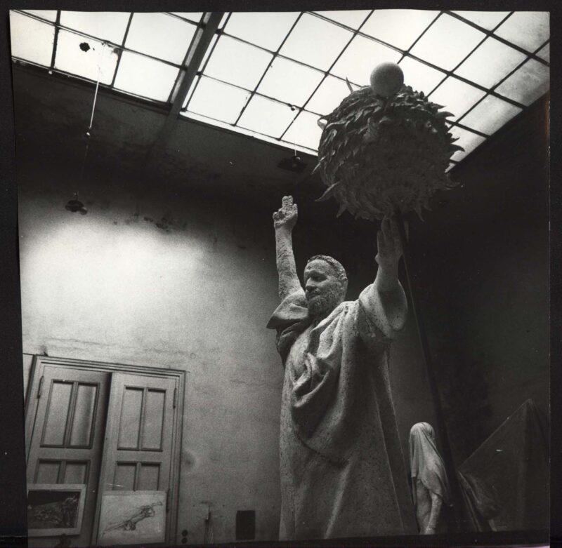 """Abbildung von """"Galilei-Denkmal in Fritz Cremers Atelier"""""""