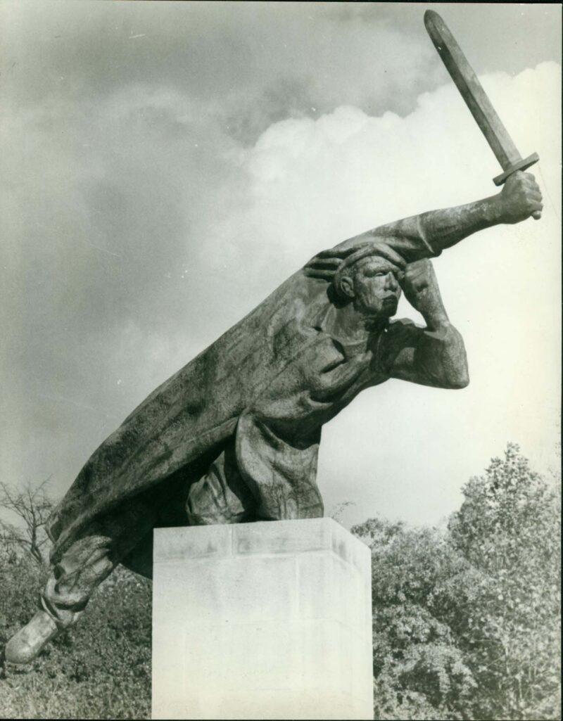"""Abbildung von """"Fotografie von Fritz Cremers Plastik """"Denkmal der deutschen Spanienkämpfer"""""""""""