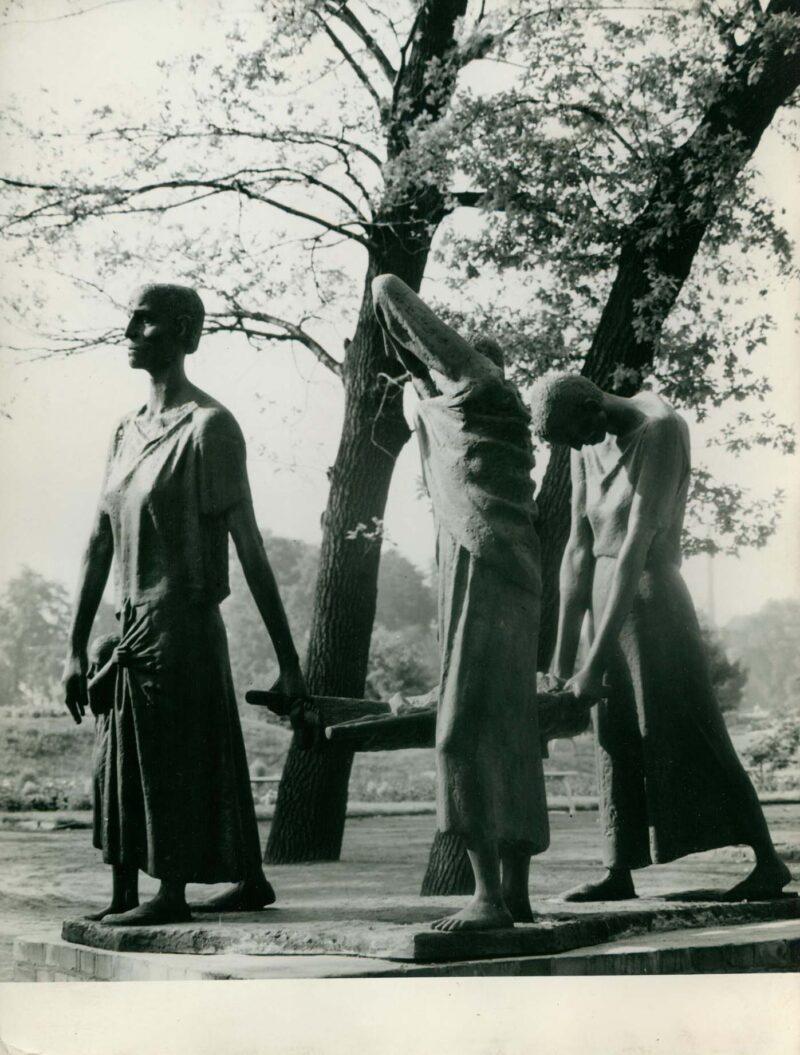 """Abbildung 1: """"Fotografie von Fritz Cremers Plastik """"Ravensbrück-Denkmal"""""""" von Fritz Cremer"""