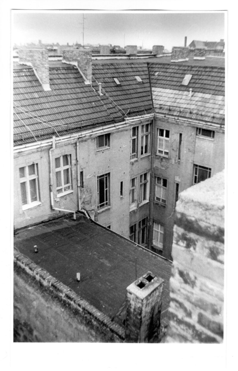 """Abbildung 1: """"Prenzlauer Berg, Auf den Dächern der Sonnenburger (2)"""" von Peter Dettmann"""