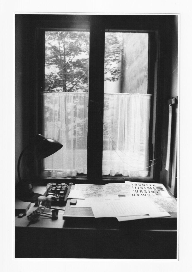 """Abbildung von """"Am Fenster (V)"""""""