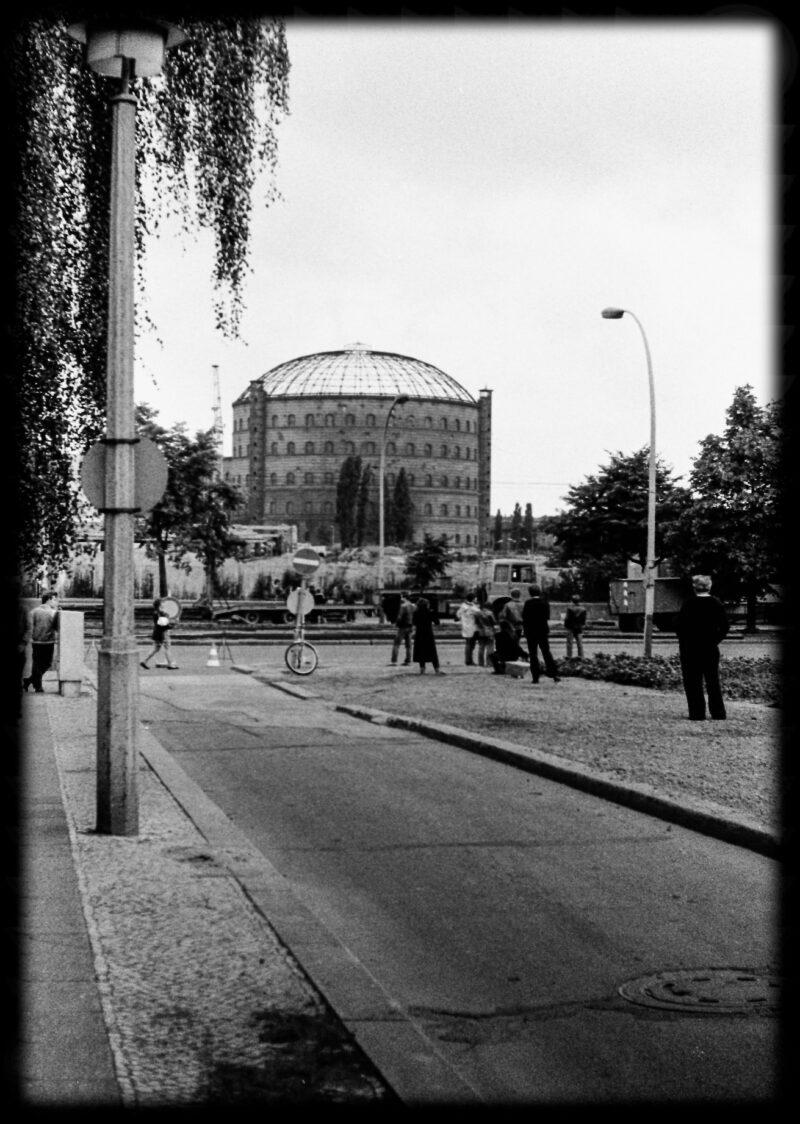 """Abbildung von """"Gasometer-Sprengung Dimitroffstraße (4)"""""""